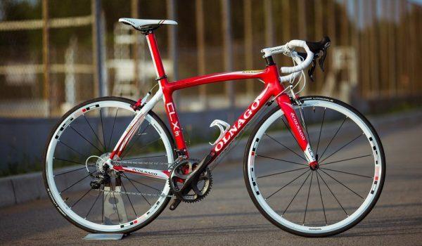 87d4e2c7bba6 От других видов велосипедов отличается особой формой руля (так называемые  «бараньи рога»), позволяющей менять хват, низкой, растянутой посадкой для  ...